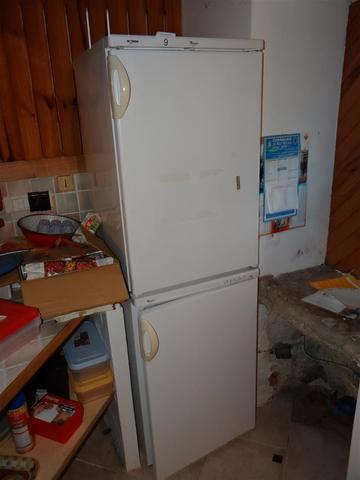 Un réfrigérateur 2 portes Wirlpool, class A