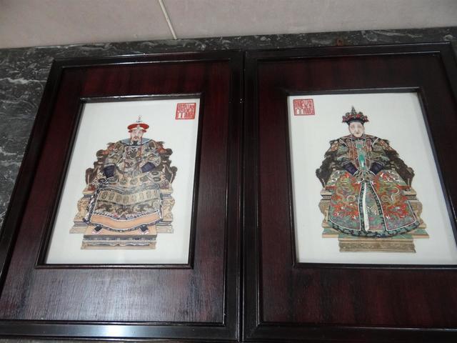 Chine milieu XXe Paire de plaques en porcelaine à décor émaillé