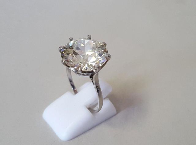 Bague en platine retenant un diamant taille ancienne pesé 10.41 carats.
