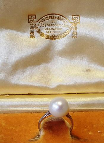 Bague en platine, perle fine bouton de 10.5 à 10.7 mm et diamants.