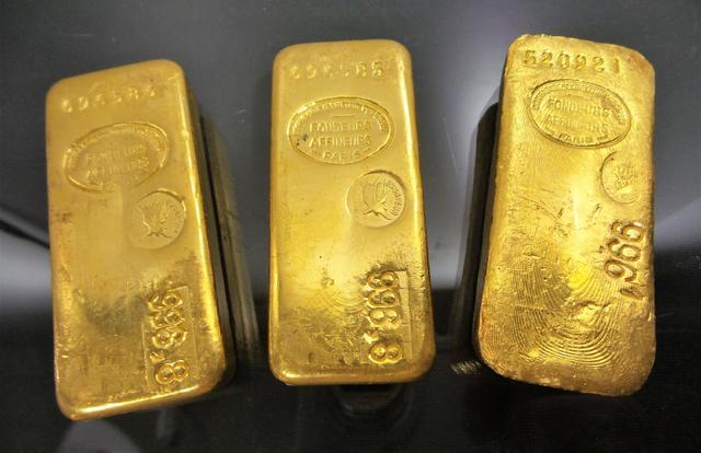 Trois lingots en or
