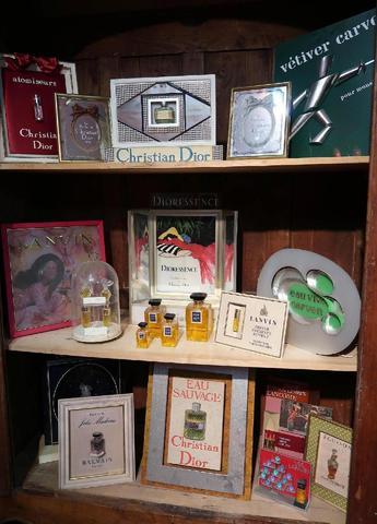 Collection de présentoirs publicitaires de parfums (environ 30) et