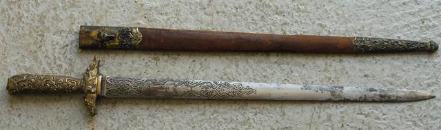 Dague de vénerie.  Poignée en vermeil ciselé, décoré de rinceaux