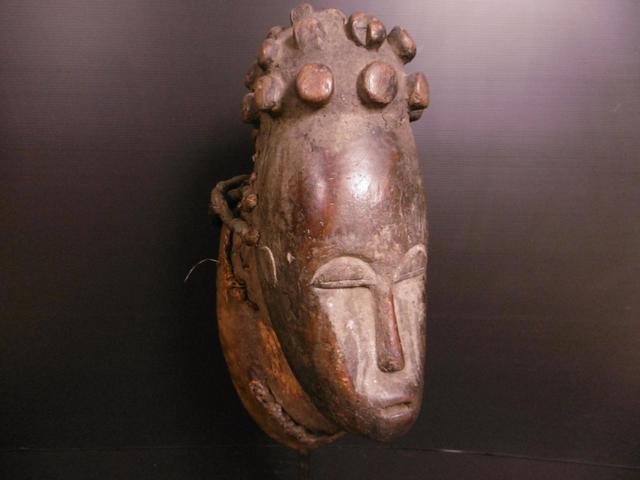 BAOULE - Ancien, exceptionnel et monumental masque kpan, dont le visage