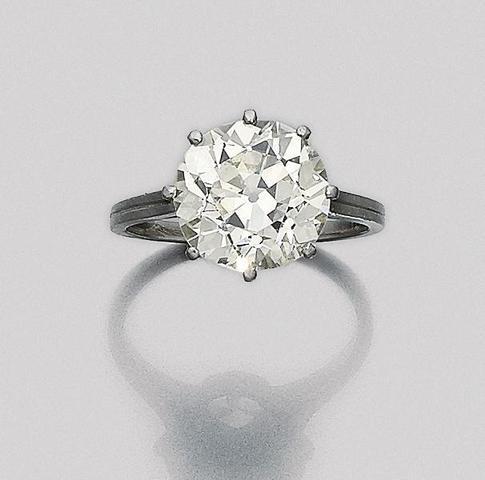 Bague en platine ornée d'un diamant taille ancienne. 5,16 ct.L-M/VS2/NF Cabinet