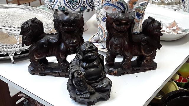 Sujet bouddha en bois, 2 sujets en bois chiens de fô, H: 21 cm L: