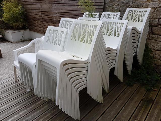 60 chaises en plastique blanc d'extérieur