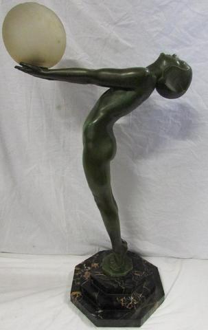 """Max Le Verrier (1891-1973) """"Clareté"""" lampe en regule à patine verte"""