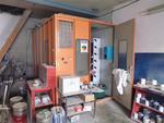 Un laboratoire à peinture en tôle orange de marque MER 10m2 avec extracteur au plafond...