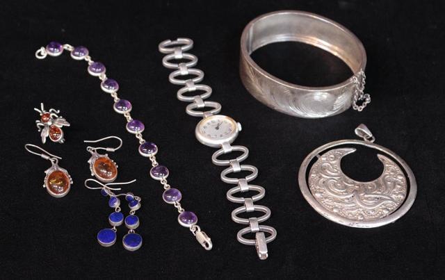 Un lot de bijoux en argent comprenant : une montre dame PB. 28,8 g,
