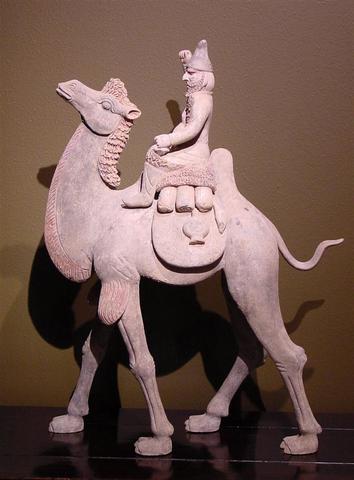 Chameau et son cavalier amovible en terre cuite polychrome. Il est