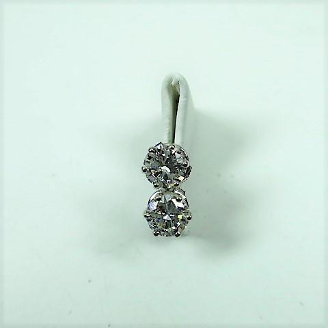 paire de vis d'oreilles or gris ornées chacune d'un diamant taille