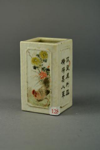 Pot à pinceaux carré en porcelaine à décor de coq, de personnage