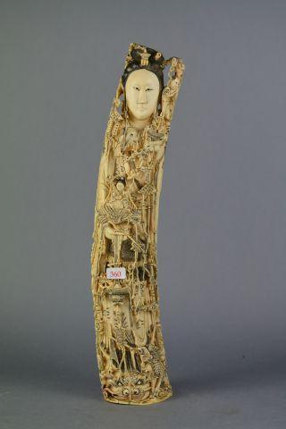 Groupe en ivoire sculpté et finement ajouré représentant une femme