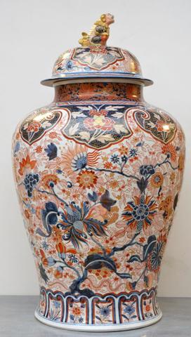 VASE couvert de forme balustre en porcelaine polychrome et or à décor