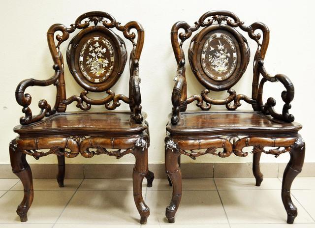 Paire de FAUTEUILS mouvementés en bois exotique sculpté de motifs