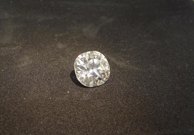 Bague en platine, diamant de taille coussin d'un poids de 4,20 ct