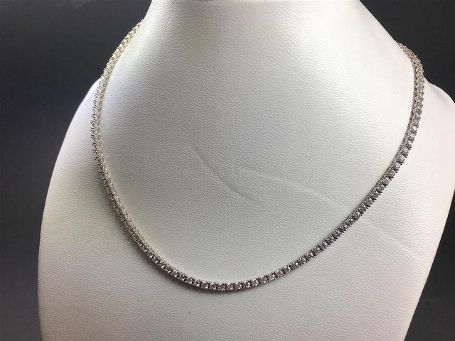 *Collier rivière en or gris orné en serti-griffes de 137 diamants