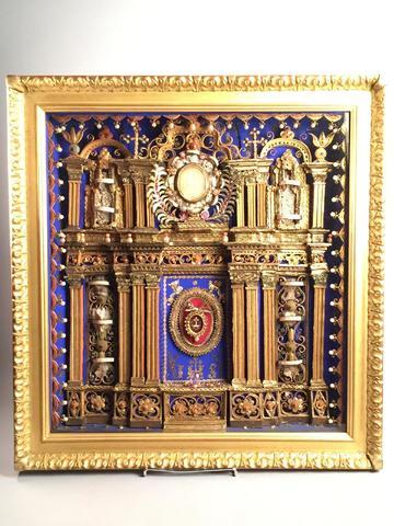 Important cadre reliquaire à décor d'un portique au centre duquel