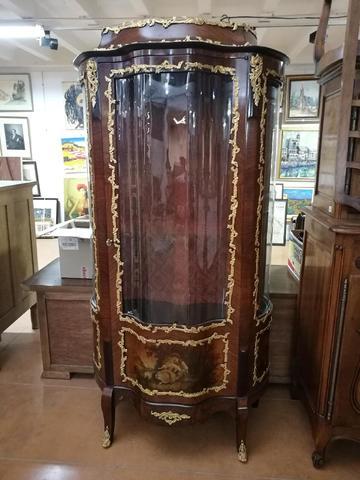 Vitrine en bois de placage ouvrant par une porte ornée en bas d'un