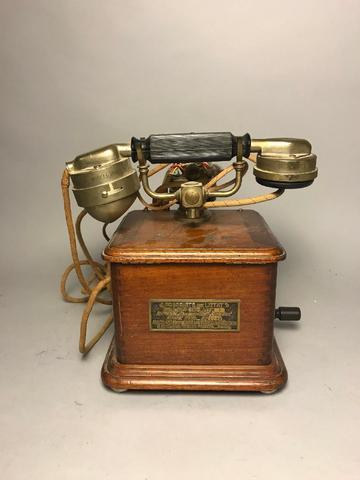 Téléphone à caisse en noyer. Début XXe siècle.