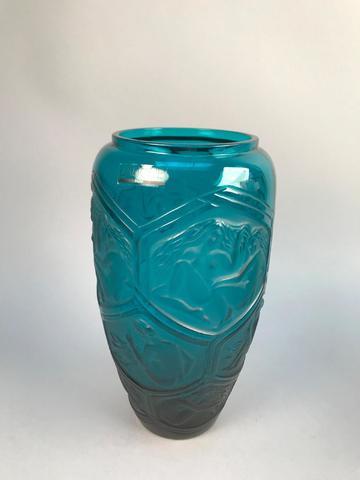 LALIQUE, France. Vase en cristal bleu à décor de médaillons représentant