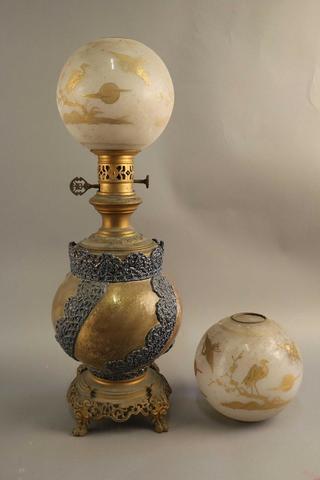 Importante LAMPE à pétrole à réservoir en céramique émaillée