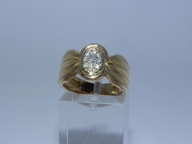 Bague en or sertie d'un pavage de petits diamants (1 accidenté)