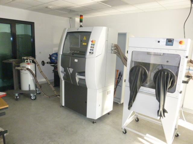 Unité de fabrication des prothèses dentaires comprenant :  - Ordinateur