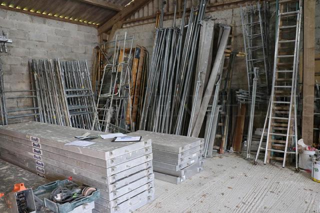 - 1 ensemble d'éléments d'échafaudage Duarib F 3000 (70 m2 environ).