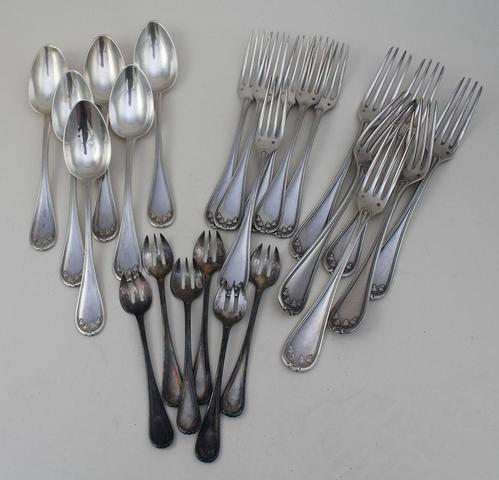 6 fourchettes, 6 couverts à entremets, 6 fourchettes en argent à