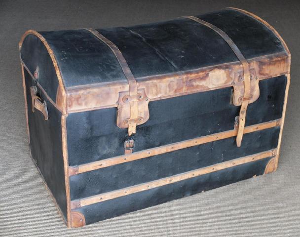 PENET à Paris - MALLE DE VOYAGE bombée en cuir, bois et toile godronnée,