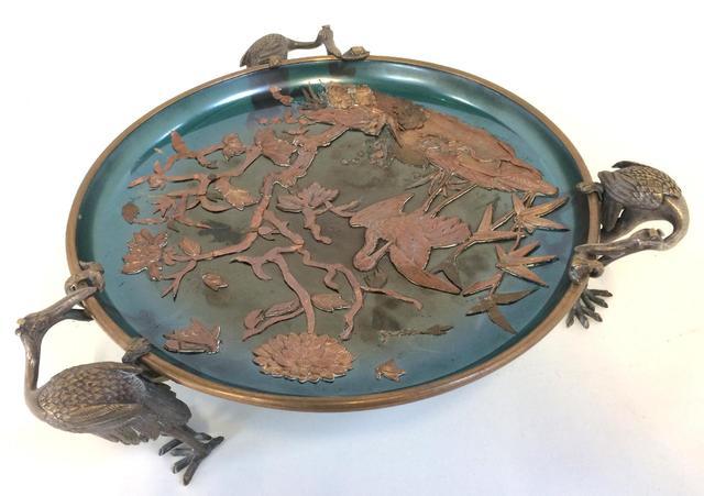 Coupe circulaire en bronze ciselé soutenue par trois hérons, le