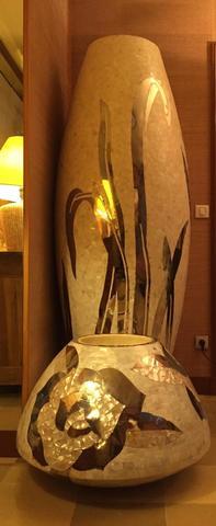 DK HOME - Important vase balustre en mosaique de nacre à décor incrusté