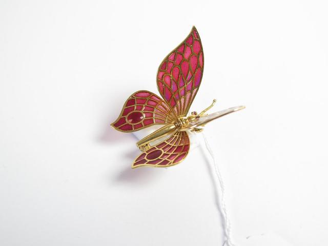 Broche papillon articulée, monture en or et rubis. Poids : 9,4 g.