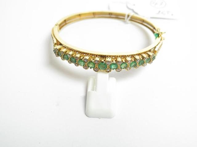 Bracelet rigide joncune charnière en or jaune, orné 13 émeraudes