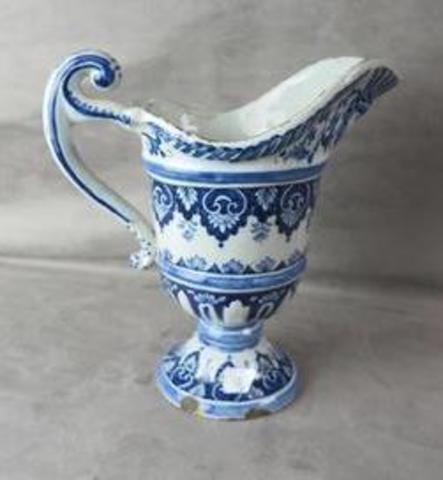 Rouen pichet en forme de casque à décor en camaïeu bleu de lambrequins chez maîtres carlier imbert morel scp et hotel des ventes du marais