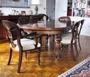 Table en acajou et placage d'acajou mouluré et sculpté reposant