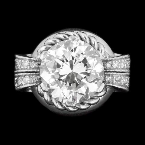 Bague or gris et platine, diamant central taille brillant de 5,15