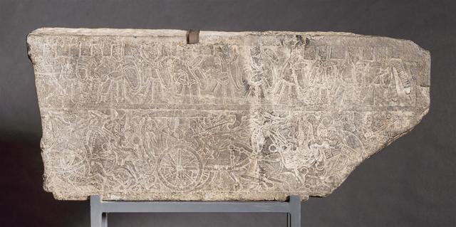 Dalle funéraire en grès gris à décors incisé d'un léger relief