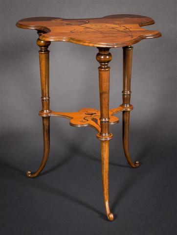Emille GALLE (1846 - 1904) Table à thé à deux plateaux violonnés,