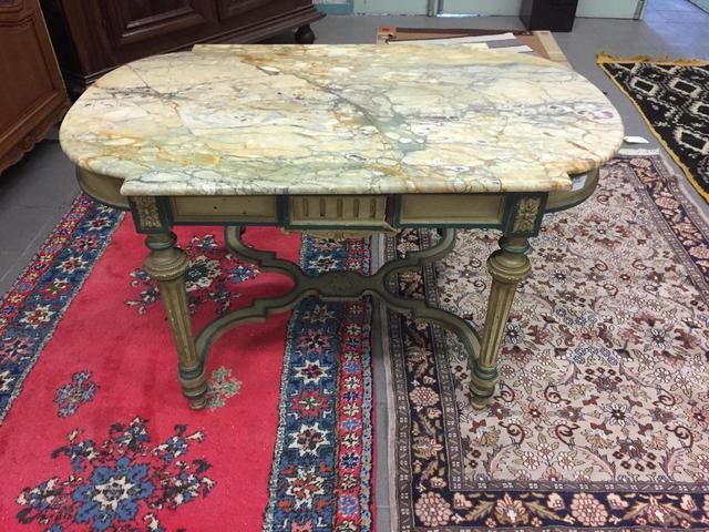 Table de milieu en bois laqué beige et vert, repose sur quatre pieds