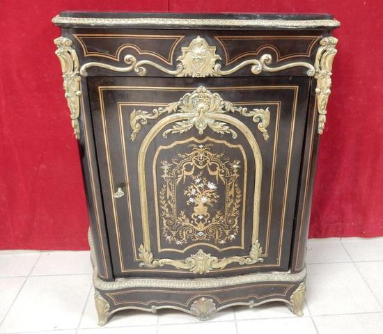 un meuble d'entre-deux en bois noirci, galbé toutes faces à décor