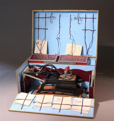 L'ÉLÉGANTE. Presse d'imprimerie miniature, modèle Impression parfaite.