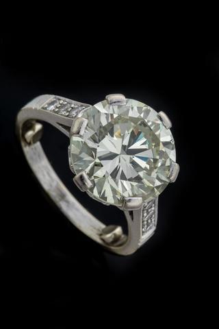 BAGUE en or gris 750/°° ornée d'un diamant calibrant 5.5 cts environ