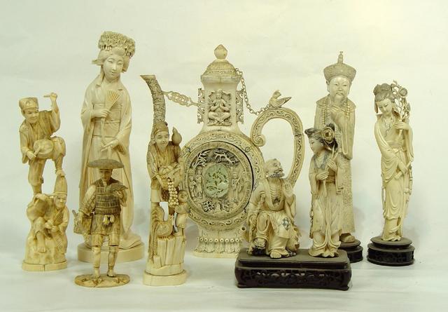 Collection d'okimono du Japon, porcelaines et pierres dures