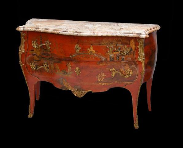 Commode de forme galbée, en bois laqué rouge, ouvrant par deux tiroirs