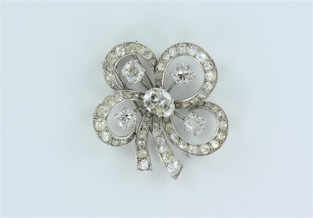 """Broche """"fleur"""" sur une monture BOUCHERON, ornée au centre d'un diamant"""