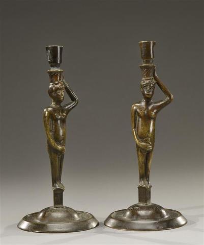 Rare, deux bougeoirs en bronze fondu et tourné, repris en ciselure.