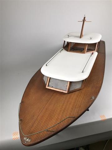 Grande maquette de bateau BARTHELEMY cabine cruiser En bois peint
